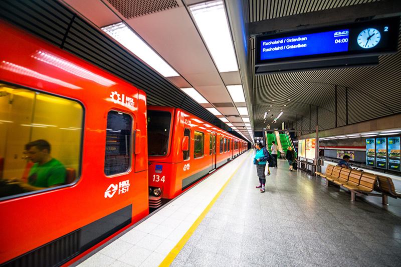 Metro ohittamassa Ruoholahden metroasemaa